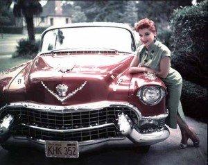 Debra Paget avec sa plus grande fierté: Sa Cadillac Eldorado décapotable couleur fraise écrasée et couverte de pierreries fausses mais du meilleur effet pour éblouir le passant, surtout avec la perruque assortie à la voiture