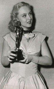 """Celeste Holm et son Oscar du meilleur second rôle pour """"Gentlemen's Agreement"""" en 1947"""