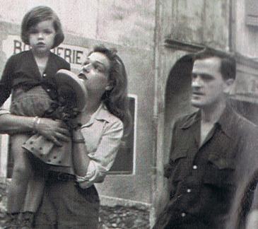 La petite Catherine Allégret dans les bras des amère sous les yeux de son père