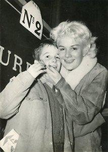 -Jacqueline-Pierreux-avec-son-fils-1954-vintage